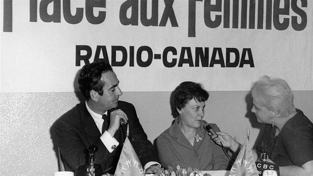 Guy Provost et Lise Payette questionnent une invitée en 1966.