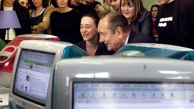 Jacques Chirac visite une entreprise oeuvrant dans les nouvelles technologies.