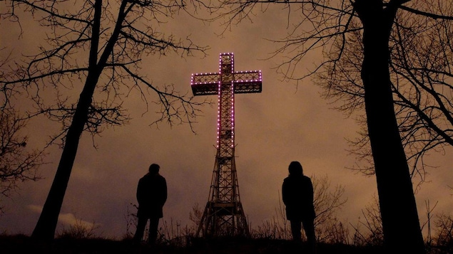 La croix illuminée de mauve après la mort de Jean-Paul II