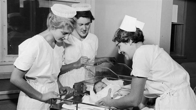 Trois sages-femmes dans les années 60