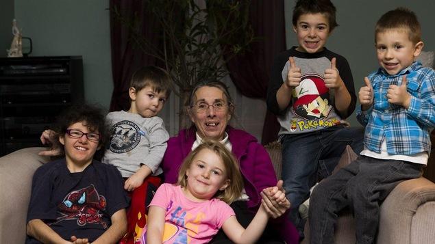 Nicole O'Bomsawin, une Abénaquie d'Odanak, et ses cinq petits-enfants
