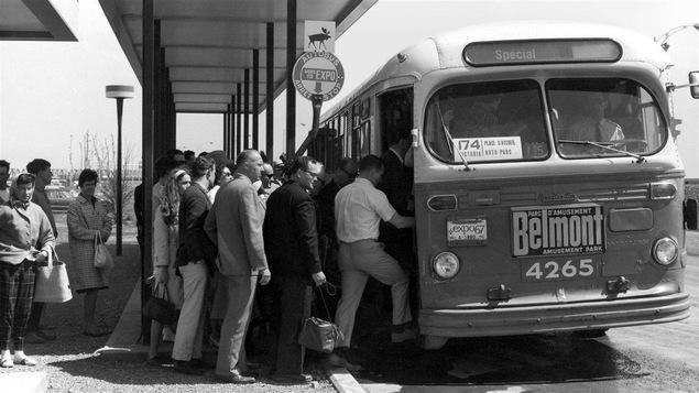 Des passagers prenant l'autobus en 1967.