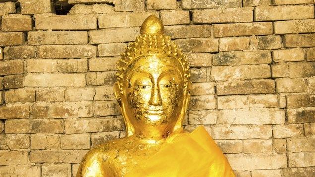 Une statue d'un bouddha