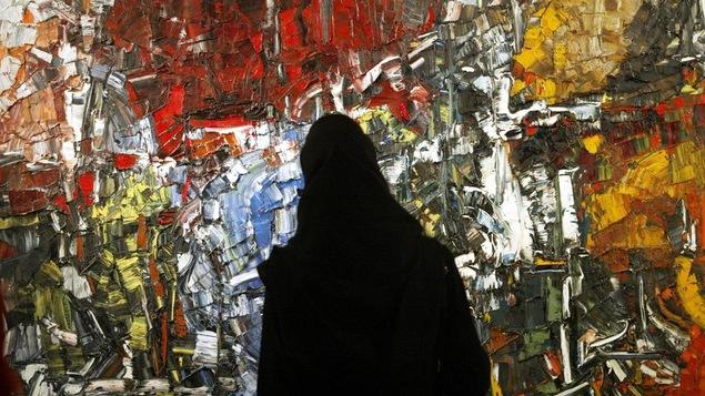 Une femme devant une oeuvre de Riopelle