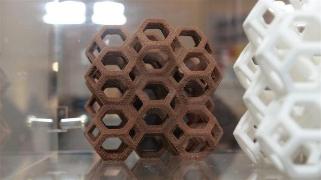 Un gâteau au chocolat créé par une imprimante 3D