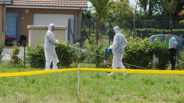 Des experts analysent une scène de crime.