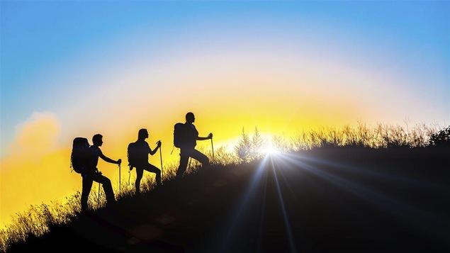 Des marcheurs au lever du soleil