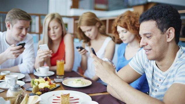Un groupe d'amis typiques du 21e siècle