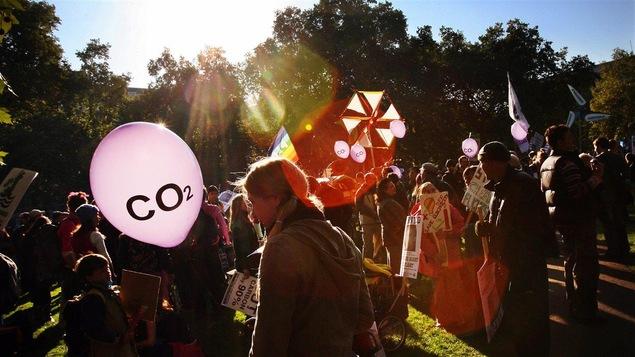 Des manifestants urgent les élus mondiaux à agir pour lutter contre les changements climatiques.