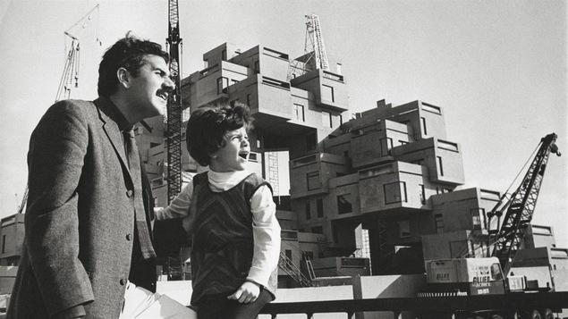 Un père et sa fille devant Habitat 67