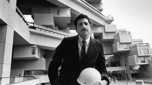 L'architecte Moshe Safdie devant Habitat 67