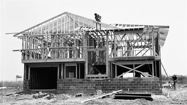 Construction d'une maison en plein champs en 1970