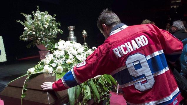 Un admirateur de Maurice Richard lors de ses funérailles