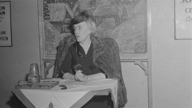 Thérèse Casgrain donne une conférence en janvier 1945.
