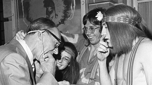 Des jeunes hippies rencontrent un politicien torontois en août 1970.