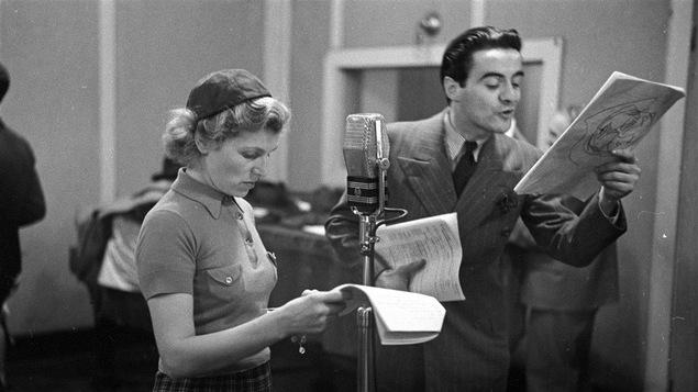 Les comédiens Lucie Poitras et Guy Mauffette interprètent un sketch en 1941.