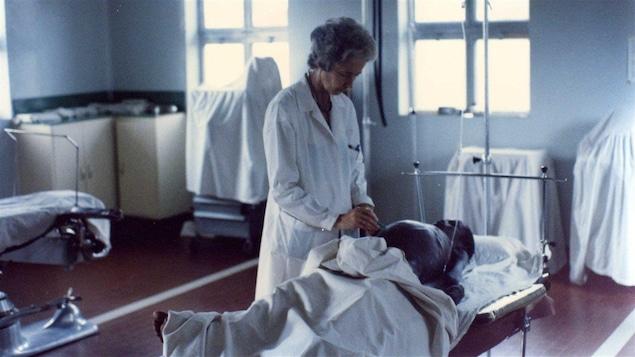 Lucille Teasdale se prépare à opérer un patient.