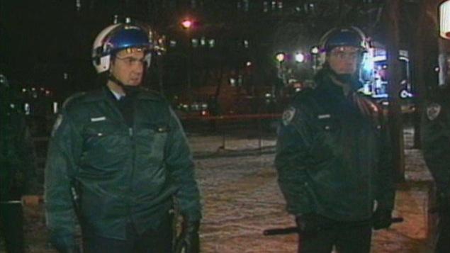 Les forces de l'ordre se sont déployées en masse lors de la fermeture du Forum en mars 1996.