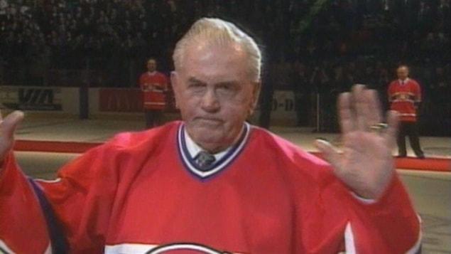 Maurice Richard reçoit une très longue ovation lors du dernier match des Canadiens au Forum le 11 mars 1996.