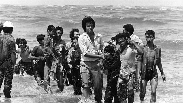 Des réfugiés vietnamiens après le naufrage de leur bateau, à la fin des années 70