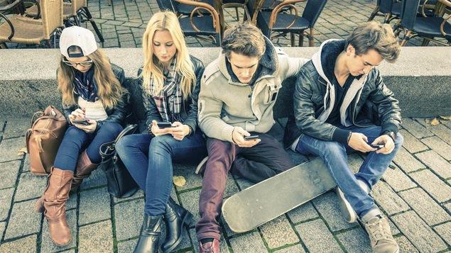 De jeunes adultes accrocs à leur téléphone intelligent