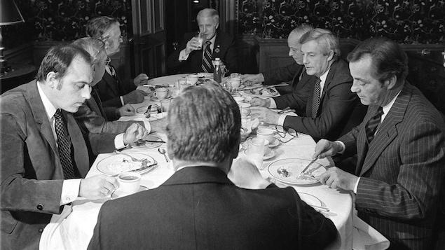 Le «groupe des huit» déjeune, le 3 novembre 1981.