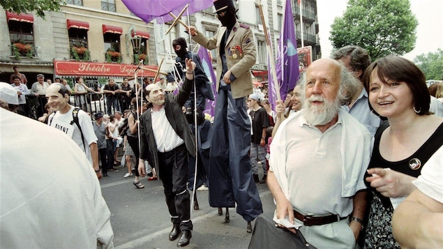 Hubert Reeves participe à une manifestation antinucléaire à Paris en 1995.