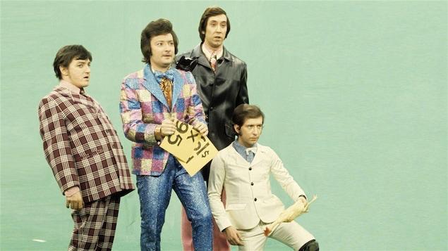 Les Cyniques dans une publicité du sketch <i>Au balcon de l'habit</i> diffusé lors du <i>Bye bye 71</i>