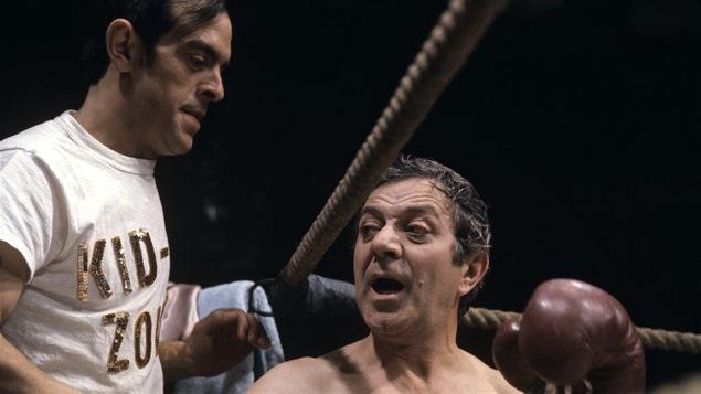 Olivier Guimond (d) et Roger Michael (g) jouent un boxeur et un entraîneur dans un sketch enregistré en 1971.