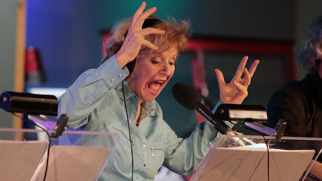 La comédienne Michèle Deslauriers durant une imitation
