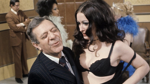 Olivier Guimond incarne un policier en 1971 dans un sketch de l'émission <i>Smash</i>.