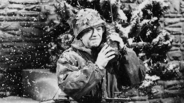 Un des rôles marquants d'Olivier Guimond : son soldat devant une maison de Westmount durant le <i>Bye bye 1970</i>