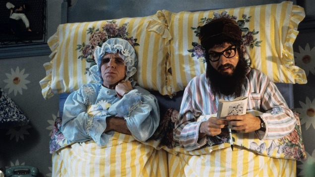 Môman (Serge Thériault) et Pôpa (Claude Meunier) dans leur lit à la verticale