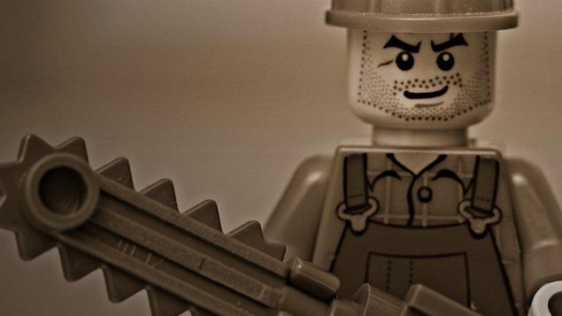 Une minifigurine Lego avec une scie mécanique