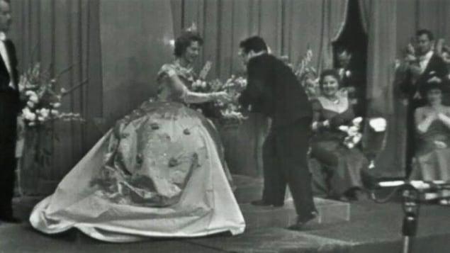 Marcel Dubé recevant un prix Splendeurs en 1958