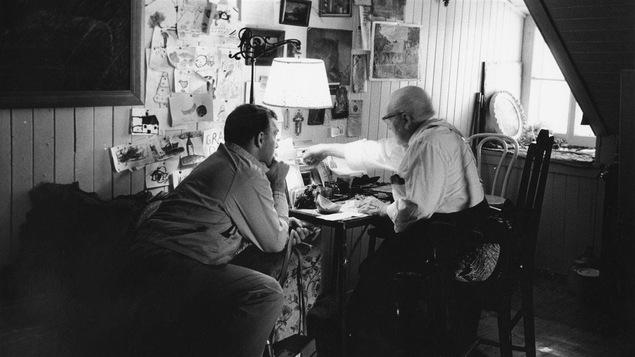 Pierre Perrault chez son invité Jean-Paul Pépin en 1965 pour l'émission <i>J'habite une ville</i>