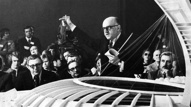 En janvier 1975, Jean Drapeau présente une maquette du Stade olympique.