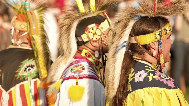 Des danseurs participent au pow-wow organisé à Halifax en 2011.