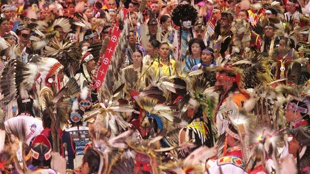 Des Autochtones de différentes Nations du Canada et des États-Unis sont réunis lors de ce pow-wow organisé en 2001.