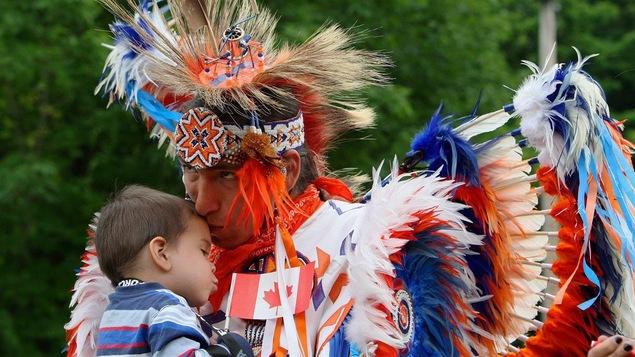 Un homme et un petit garçon lors d'un pow-wow, le 1er juillet 2013