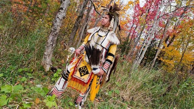 Hervé Junior Tcitcip Chachai, de la communauté d'Obedjiwan, vêtu de son régalia, un habit traditionnel qu'il porte lors des pow-wow.