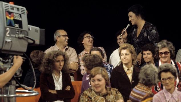 Lise Payette anime <i>Appelez-moi Lise</i> devant public en 1972.