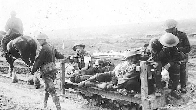 Des soldats blessés après la bataille de Courcelette, en France, 1916