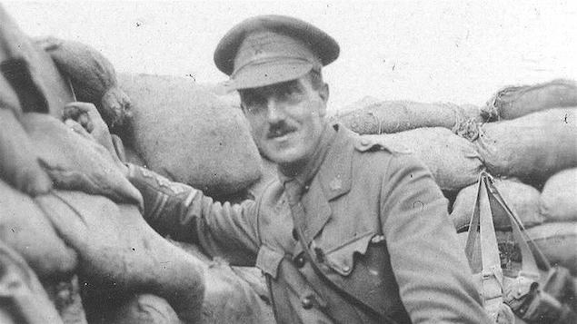Un officier canadien dans une tranchée (date et lieu indéterminés)