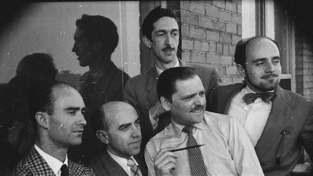 Le caricaturiste Robert LaPalme, à droite, et des collègues, en 1955