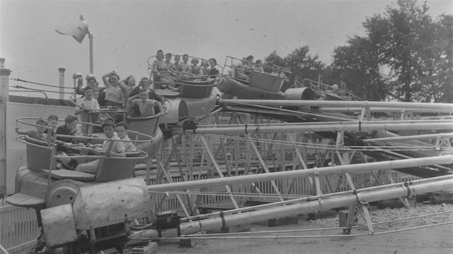 Des enfants dans un manège au parc Belmont, le 22 juillet 1941