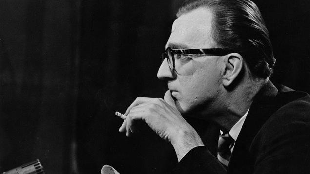 Le journaliste Carl Dubuc en studio, en 1963