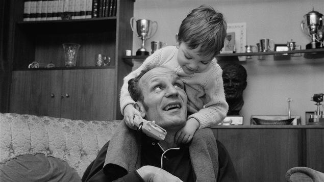 Le boxeur britannique Henry Cooper et son fils en mars 1970