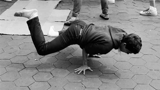 Un jeune homme adepte du breakdance en 1982
