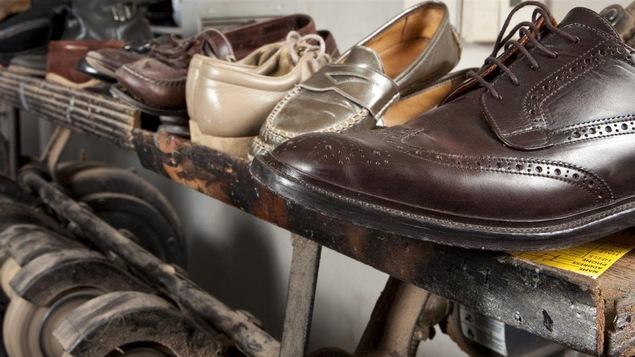 Des souliers en attente de se faire réparer.